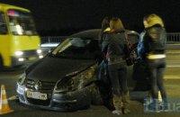 В Киеве на мосту Патона Volkswagen протаранил отбойник, парализовав движение в сторону левого берега