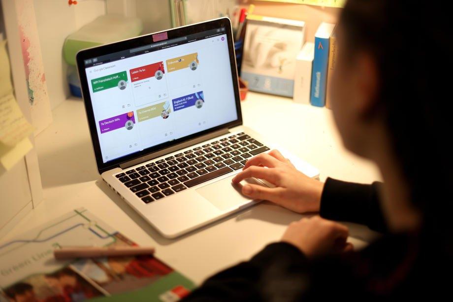 Дівчинка виконує домашнє завдання в застосунку Google Classroom, Дортмунд, Німеччина, 19 березня 2020.