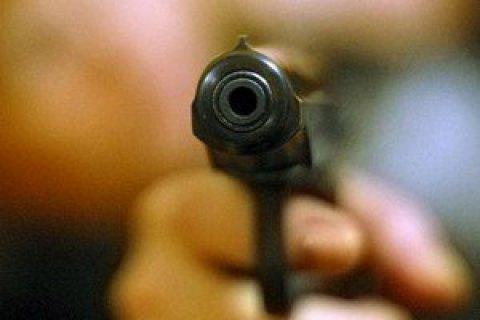 У Києві на парковці ТЦ невідомі зі стріляниною пограбували чоловіка