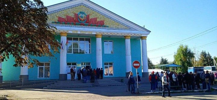 Одна з дільниць у Ростовській області Росії, куди привезли голосувати жителів окупованого Донецька