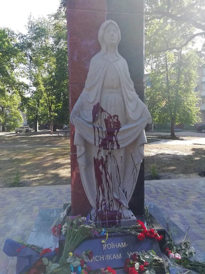 В Житомирской области облили красной краской Мемориал воинам АТО