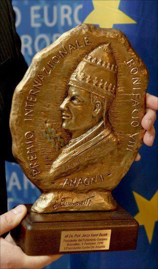 Статуэтка премии работы маэстро Эуджидио Амброзетти, которая и является собственно наградой к вручению.