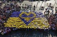 Светличная вместе с харьковчанами провели флешмоб ко Дню флага в центре Харькова