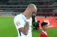 В Китае дисквалифицировали футболиста за почесывание головы во время гимна