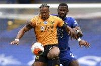 Гравець Англійської прем'єр-ліги використовує дитячу олійку, щоб вислизати від захисників