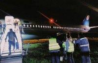 """В аеропорту """"Київ"""" Boeing із 139 пасажирами викотився за межі посадкової смуги"""