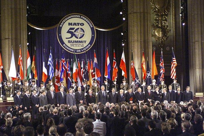 Президент США Билл Клинтон, Генсек НАТО Хавьер Солана вместе с другими мировыми лидерами на церемонии открытия саммита НАТО, посвященном 50-летию организации, Вашингтон, 23 апреля 1999.