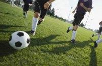 В Тернопольской области болельщик избил футболиста во время матча, но получил отпор от других игроков