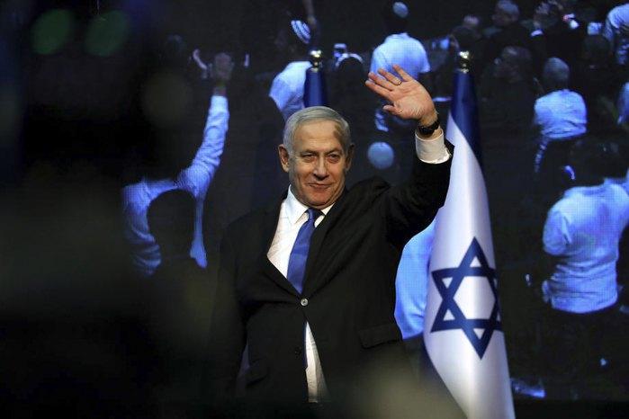 Премьер-министр Израиля и председатель партии 'Ликуд' Биньямин Нетаньяху приветствует сторонников после окончания голосования в Тель-Авиве, 17 сентября 2019