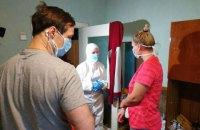 Скалецкая в защитном костюме встретилась с эвакуированными из Китая
