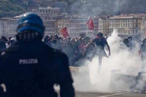 У Неаполі демонстрацію проти візиту прем'єра поліція розігнала водометами