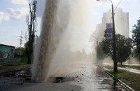 В Киеве посреди улицы бил 30-метровый фонтан