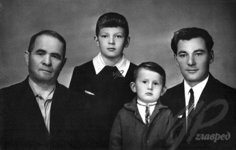 Юрій Луценко зі старшим братом Сергій , батьком Віталієм Івановичем та дідусем Іваном Васильовичем