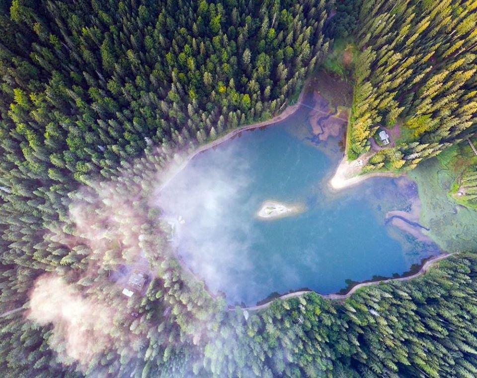 Озеро Синевир, яке розташоване у верхів'ях річки Тереблі, у наймальовничішому регіоні Закарпаття — Міжгір'ї.