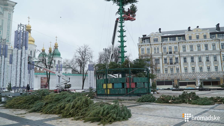 На Софійській площі встановлюють новорічну ялинку.