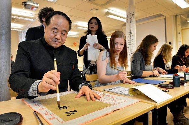 Мо Янь, лауреат Нобелевської премії з літератури в 2012 р. демонструє мистецтво каліграфії шведським студентам