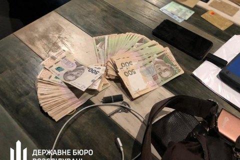ГБР задержало следователя полиции при получении 50 тыс. гривен взятки