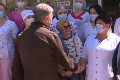 Порошенко привез кислородные концентраторы в больницу Торецка в Донецкой области