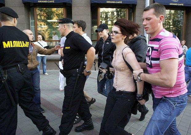 Белорусские милиционеры задерживают участников акции протеста против режима президента Лукашенко в центре Минска