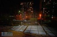 На Виноградаре в Киеве протестующие снесли забор строительства многоэтажки