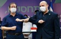Ізраїль першим у світі запустив вакцинацію третьою дозою Pfizer, почали з президента