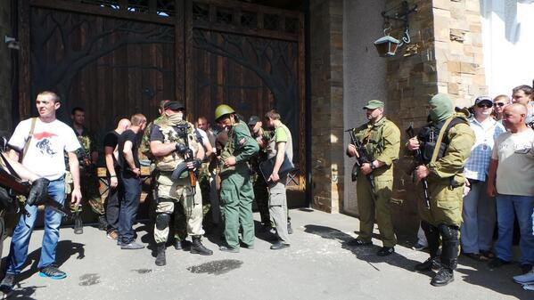Вооруженные люди под резиденцией Ахметова в Донецке
