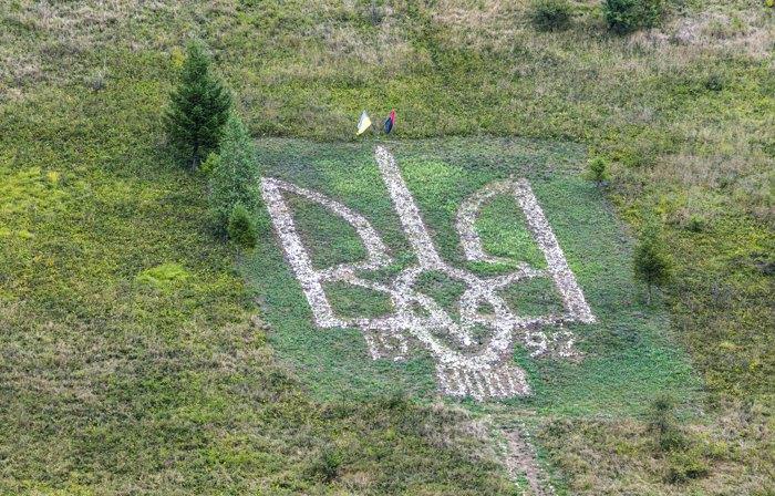 Кам'яний тризуб, село Остриня, Тлумацька громада
