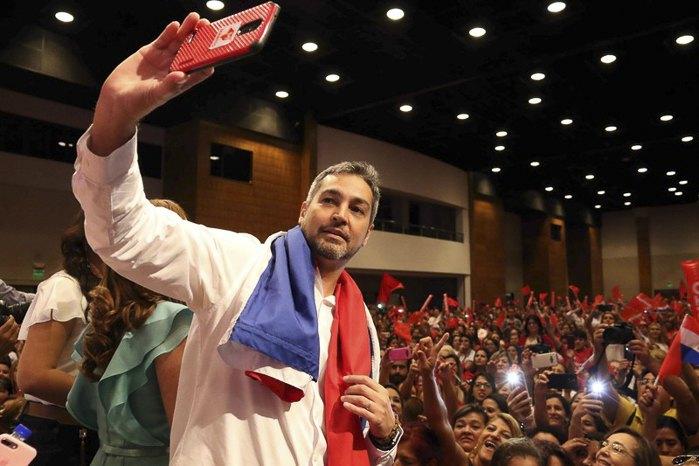 Кандидат в президенты от Партии Колорадо Марио Абдо Бенитес во время встречи с избирателями, Парагвай, 24 февраля 2018.