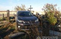 Священик УПЦ МП на позашляховику проїхався надгробками на кладовищі у Харкові