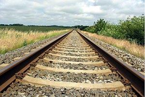 Поезд Одесской железной дороги сбил насмерть двух человек, сидевших на рельсах