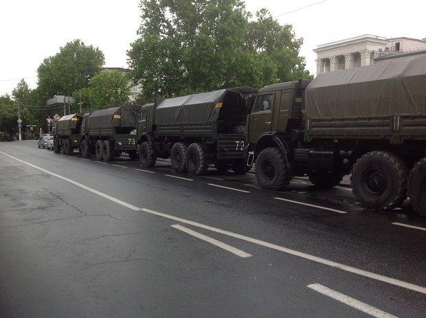 Военная техника возле Совета министров в центре Симферополя. 18 мая.