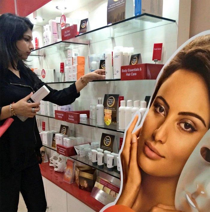 Дівчина розглядає косметику для відбілювання шкіри у магазині в Нью-Делі.