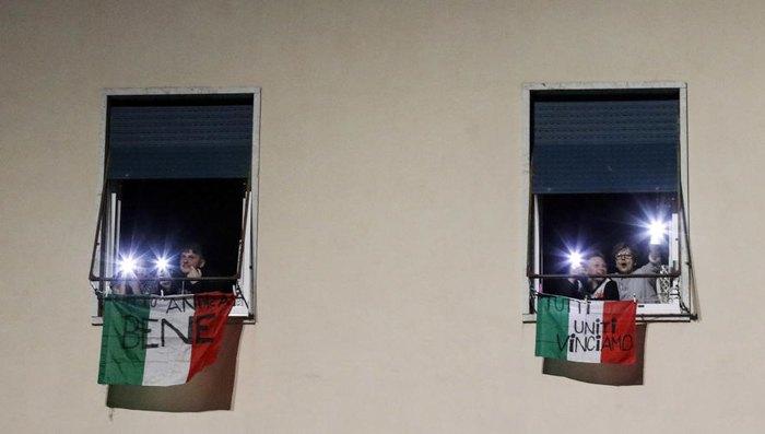 Італійці під час флешмобу 'Давайте засвітимо Італію' під час національного карантину з коронавірусу Covid-19, Рим, 15 березня 2020
