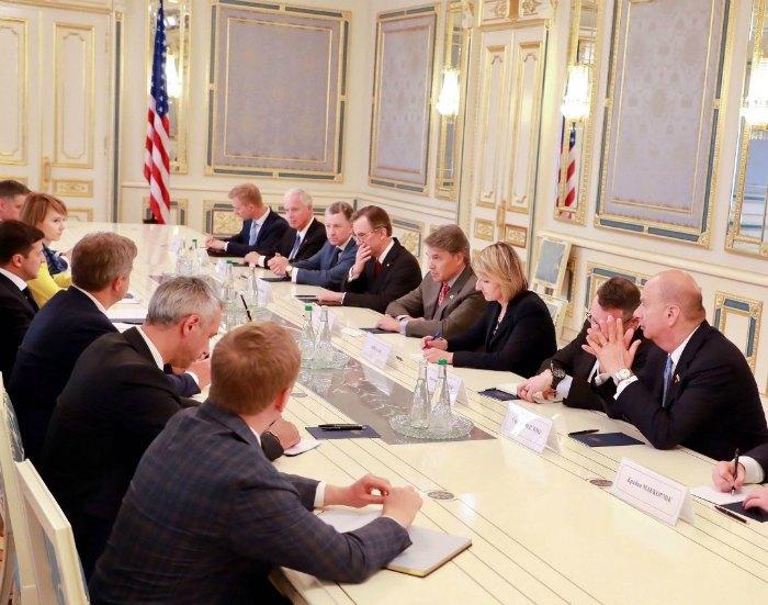 . Президент Зеленський проводить зустріч з американською делегацією (Лана Зеркаль - друга ліворуч зверху)