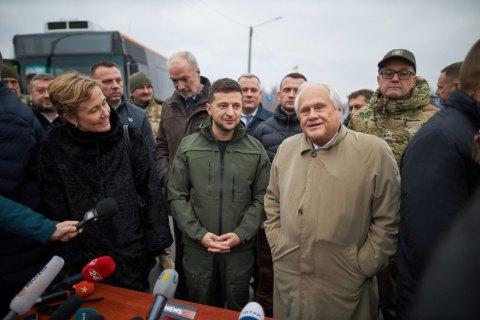 Зеленский посодействовал выделению квартир 15 семьям переселенцев в Луганской области