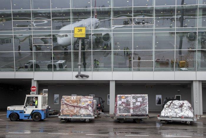 Розвантаження вакцини в аеропорту Києва