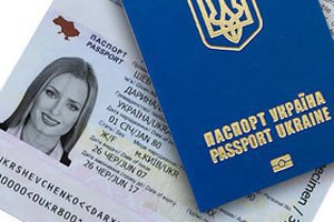 Україна припинила видачу закордонних паспортів у Криму