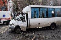 У Миколаєві дерево впало на маршрутку, госпіталізовані двоє дітей і дорослий