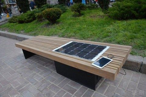 У Києві встановили першу лавку із сонячною батареєю