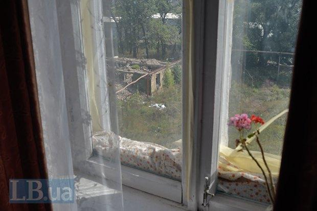Из окна видны развалины химзавода и военного общежития