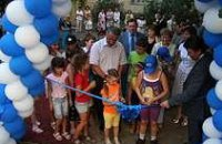 Мэр Днепропетровска открыл новую детскую площадку