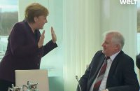Немецкий министр внутренних дел отказался пожать руку Меркель из-за коронавируса