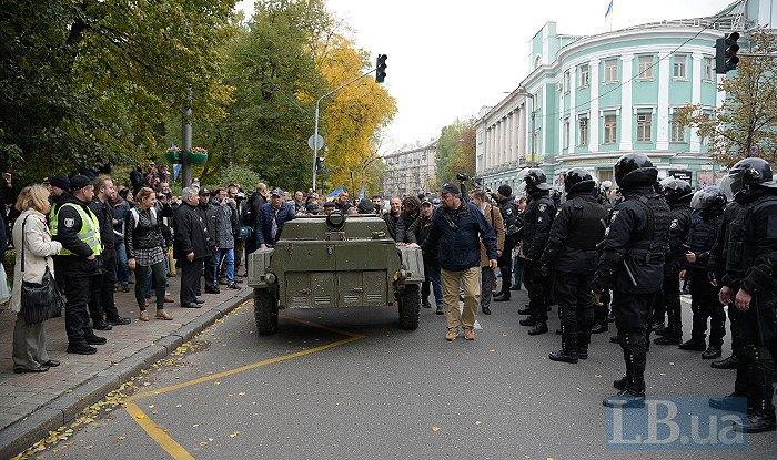Милиция заблокировала наГрушевского группу активистов спалатками из-за следственных действий