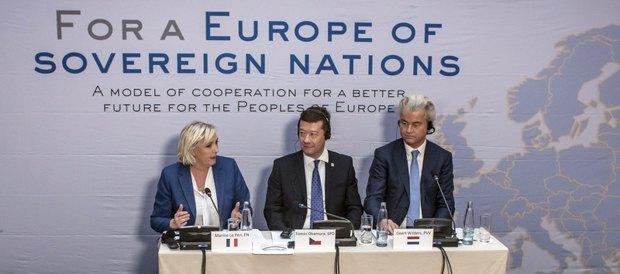 Слева-направо: лидер французского Национального фронта Марин Ле Пен, председатель чешского движения Свобода и прямая демократия Томио Окамура и глава Партии свободы Нидерландов Герт Вилдерс во врем съезда в Праге, 16 декабря 2017.