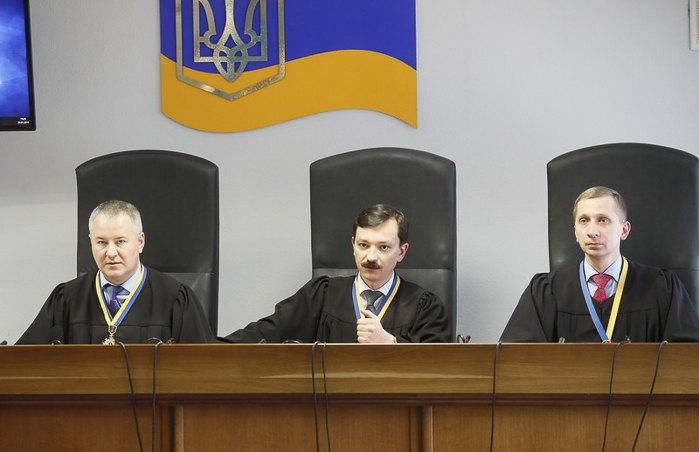 Слева-направо: Судьи Оболонского районного суда Константин Васалатий, Владислав Девятко и Максим Титов во время заседания, Киев, 24 января 2019.