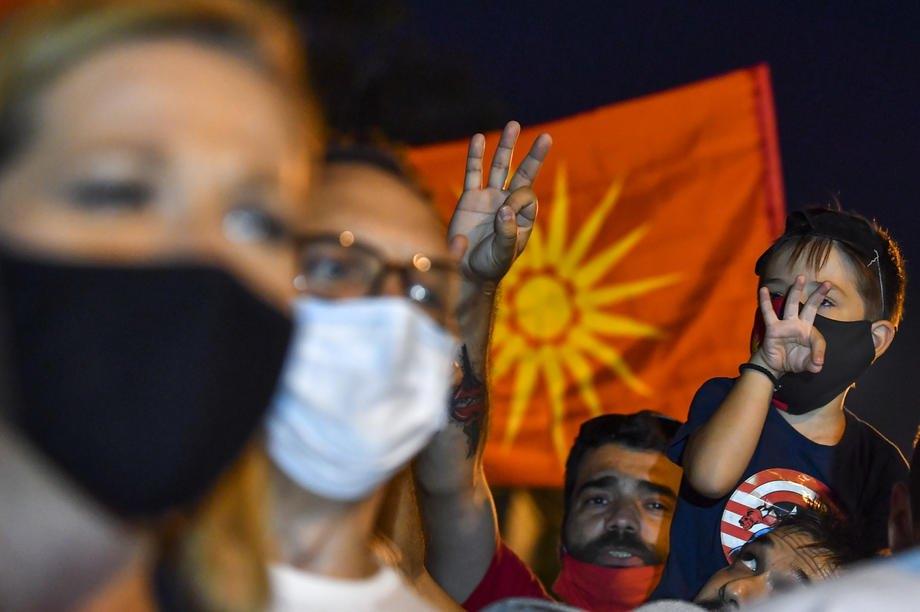 Протестувальники показують знак 'Об'єднана Македонія' під час антиурядового протесту у Скоп'є, Республіка Північна Македонія, 15 вересня 2020 року.
