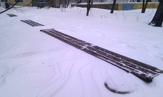 Островок скамеек, Киев