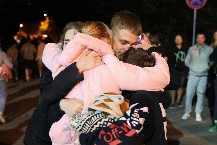 Родичі та друзі вітають людей після звільнення зі слідчого ізолятора в Мінську
