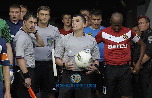 Посмотрите в глаза бригаде арбитров и двум игрокам «Севастополя» (на заднем плане - тот самый Сергей Кузнецов) - по этим взглядам можно роман писать