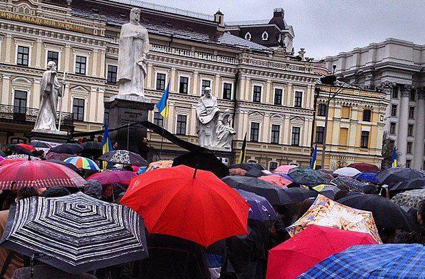 Протестующие стоят под дождем и слушают выступления украинских музыкантов